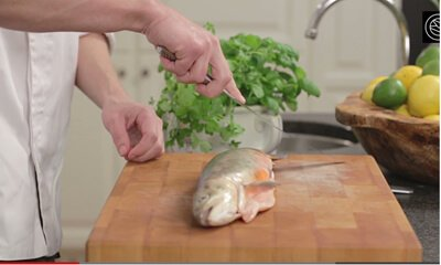 filea en fisk med slipade knivar